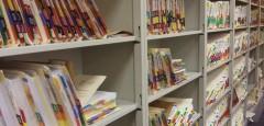 Überfüllte Aktenschränke gibt's in Kliniken zwar immer noch. Doch zunehmend mehr Daten werden mittlerweile platzsparend auf Festplatten archiviert (Foto: Alanna Autler/ Medill News Service)